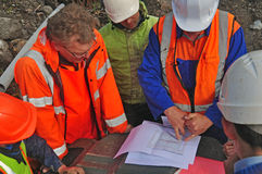 Discussing the survey. Geologists in the field discuss the results of a seismic reflection survey Stock Photo
