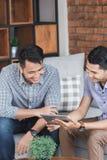 Discussion au sujet de quelque chose à la maison Photo libre de droits