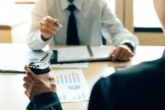 Discussion d'association d'affaires et compte rendu succinct de finances d'analyse à la table images libres de droits