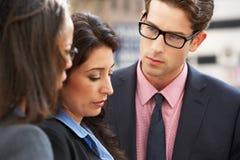 Discussion d'And Businesswomen Having d'homme d'affaires dans la rue images libres de droits