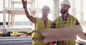 Discussion d'ingénieurs de construction avec des architectes au chantier de construction Photographie stock