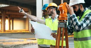 Discussion d'ingénieurs de construction avec des architectes au chantier de construction Image stock