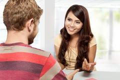 Discussion de deux étudiants, étudiant ensemble Photos stock