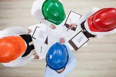 Discussion de groupe à une entreprise de construction Photo stock