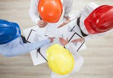 Discussion de groupe à une entreprise de construction Images stock