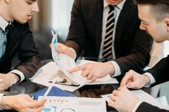 Discussion de papier de statistiques de données de document d'entreprise photographie stock