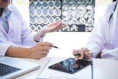 Discussion de professeur Doctor une méthode avec le traitement patient, recherche Photographie stock libre de droits