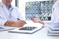 Discussion de professeur Doctor une méthode avec le traitement patient, recherche Photo stock