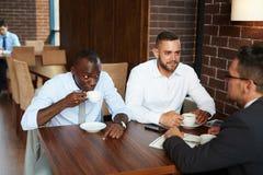 Discussion de projet pendant la pause-café photo libre de droits