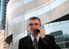 Discussion de téléphone dans une ville photos stock