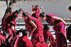 Discussion des moines au Thibet Images stock