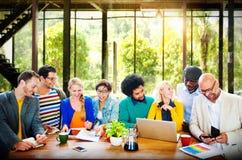 Discussion fonctionnante Team Concept de bureau de personnes de tenue professionnelle décontractée Image libre de droits