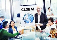 Discussion multi-ethnique de personnes de groupe avec le concept global Images stock