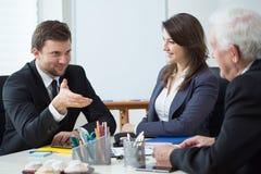 Discussion pendant le rendez-vous d'affaires Image stock