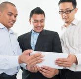 Discussione asiatica sudorientale degli uomini d'affari Fotografia Stock
