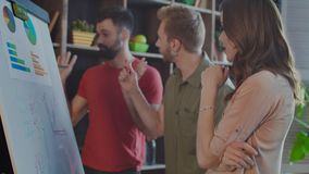 Discussione del gruppo di affari Riunione di 'brainstorming' creativa del gruppo stock footage