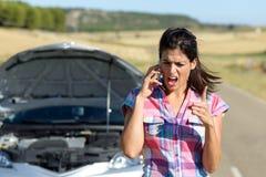 Discussione del telefono con servizio dell'automobile di assicurazione Fotografie Stock Libere da Diritti