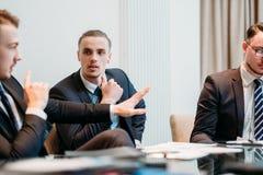 Discussione della carta di dibattito di discussione del gruppo di affari immagine stock