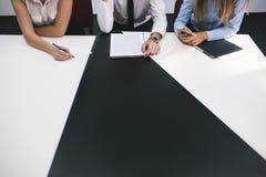 Discussione della giuria di lavoro di squadra dell'incontro di affari fotografie stock
