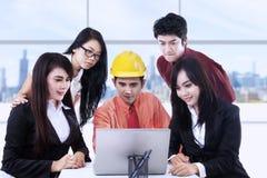 Discussione di affari con il computer portatile Fotografie Stock Libere da Diritti