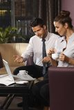 Discussione di affari dal tavolino da salotto Fotografia Stock Libera da Diritti