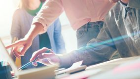 Discussione di progetto Gente di affari 11 Computer portatile e lavoro di ufficio sulla tavola Effetto del film, fondo confuso fotografia stock libera da diritti