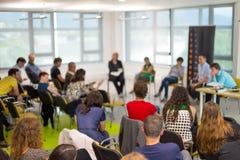Discussione di tavola rotonda alla convenzione di imprenditorialità e di affari Fotografia Stock