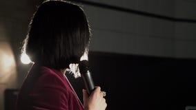Discussione emozionale della donna di affari con il pubblico al forum di istruzione archivi video