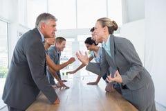 Discussione irritata del gruppo di affari Immagine Stock