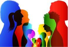 Discussione o confronto fra gli amici Gruppo di conversazione colorata isolata della gente della siluetta Comunicazione fra la fo royalty illustrazione gratis