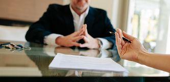 Discussione prima della firma delle carte del contratto della proprietà immagini stock