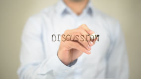 Discussione, scrittura dell'uomo sullo schermo trasparente Immagini Stock Libere da Diritti