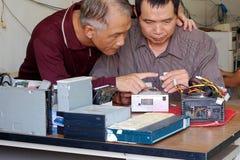 Discussione sulla riparazione del calcolatore fotografie stock libere da diritti
