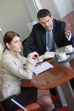 Discussione, uomo di affari e donna comunicanti nell'ufficio Immagini Stock Libere da Diritti