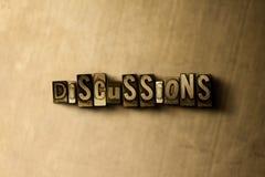DISCUSSIONS - plan rapproché de mot composé par vintage sale sur le contexte en métal Photographie stock libre de droits