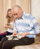Discussão da família sobre o dinheiro Fotografia de Stock Royalty Free