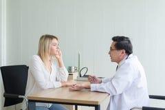 Discuta a edição e encontre soluções aos problemas de saúde mentais, mulher que fala para medicar o psiquiatra no hospital foto de stock royalty free