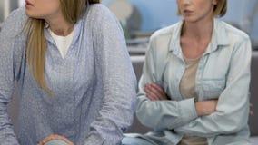 Discuta entre a mãe e a filha adolescente, conflito da família, criança rebelde video estoque