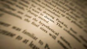 discuta la palabra destacó y se enfocó en un libro viejo fotografía de archivo