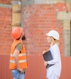 Discuta o plano do progresso Conceito da indústria da construção civil Construção do cliente e do participante da construção dos  foto de stock