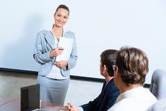 Discute la donna di affari con i colleghi Fotografie Stock Libere da Diritti