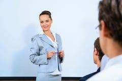 Discute a la mujer de negocios con los colegas Imagen de archivo libre de regalías