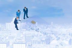 Discutendo gli uomini d'affari miniatura con la chip card Immagine Stock