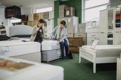 Discutendo le opzioni di progettazione in un negozio della mobilia immagini stock libere da diritti