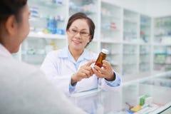 Discutendo medicina con il cliente fotografie stock libere da diritti
