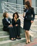 Discuter de femme d'affaires de diversité Photographie stock