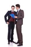 Discuter de jeunes hommes Photo stock