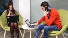 Discutez un projet sur un smartphone banque de vidéos
