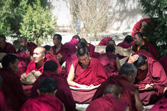 Discutiendo las escrituras budistas - lamas en Tíbet Sera Monastery imágenes de archivo libres de regalías