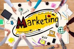 Discutindo a estratégia de marketing ilustração stock
